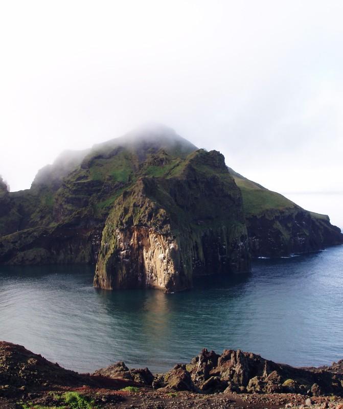 Skalní převisy a útesy slouží jako hnízdiště mnoha druhům mořských ptáků - foto: J. Vrána